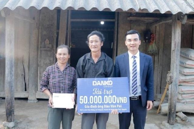 Ông Lê Hữu Đồng, Phó Chủ tịch Tập đoàn Danko trao quà tài trợ kinh phí xây dựng nhà cho vợ chồng ông Đào Văn Pai