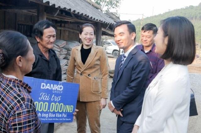 Niềm vui của gia đình ông Pai khi nhận được quà tài trợ từ Danko Group, cùng sự quan tâm của chính quyền địa phương
