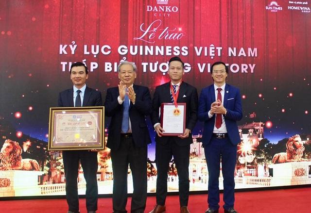 Tiến sĩ Thang Văn Phúc, Nguyên Thứ trưởng Bộ Nội vụ, Chủ tịch TW Hội Kỷ lục gia Việt Nam (Thứ 2 từ trái qua) trao bằng xác lập và huy hiệu Kỷ lục đến đại diện Công ty CP Tập đoàn DanKo.