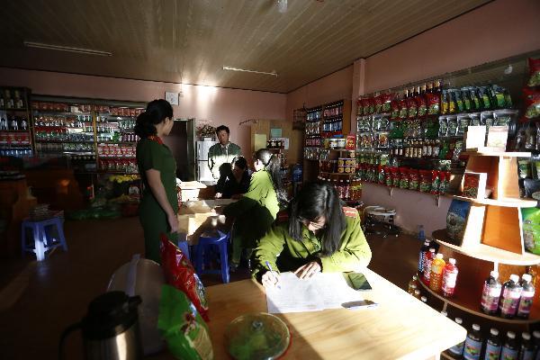 Lực lượng chức năng kiểm tra cơ sở kinh doanh Thùy Trang (Ảnh báo Công an nhân dân)