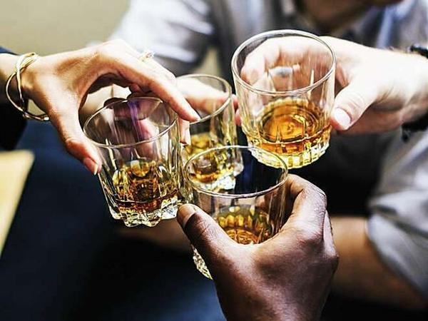 Tốc độ chuyển hóa rượu trong máu ở mỗi người khác nhau, phụ thuộc vào tuổi, cân nặng, bệnh lý... (Ảnh minh họa)