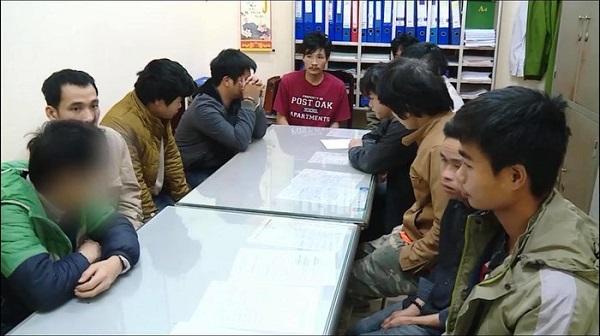 Nhóm người bị công an mời lên làm việc sau khi bắt quả tang sử dụng ma túy trái phép