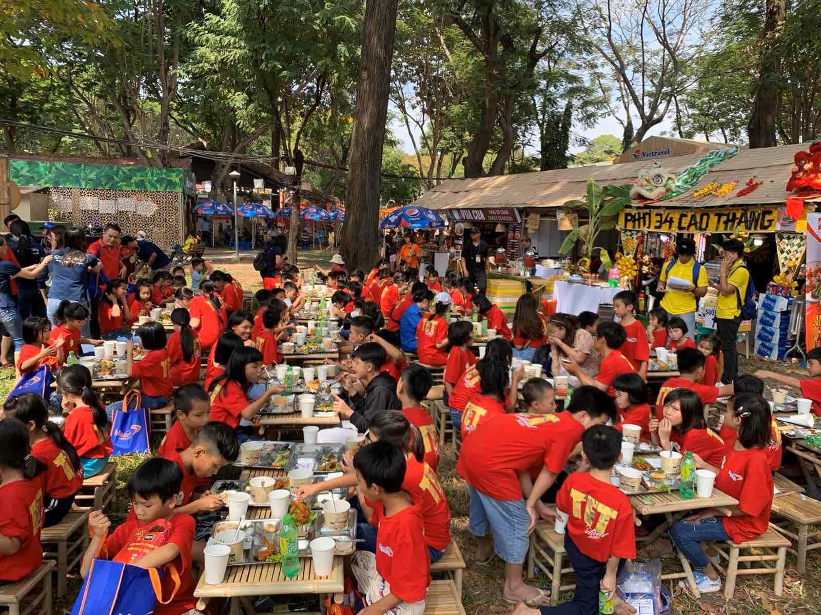 Ngoài tham gia trò chơi, trải nghiệm không gian Tết Việt, các em còn được thưởng thức ẩm thực truyền thống ngay trong khuôn viên lễ hội