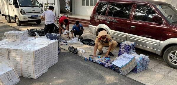 Lực lượng chức năng đang kiểm đếm hàng hóa vi phạm