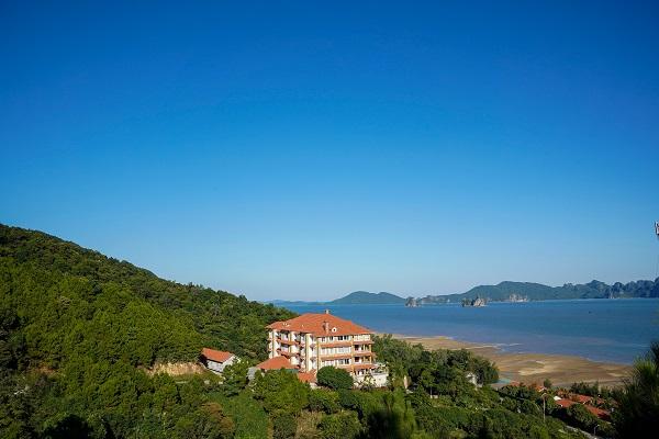 Chùa Cái Bầu được xây dựng với view hướng biển là điểm đến của nhiều du khách