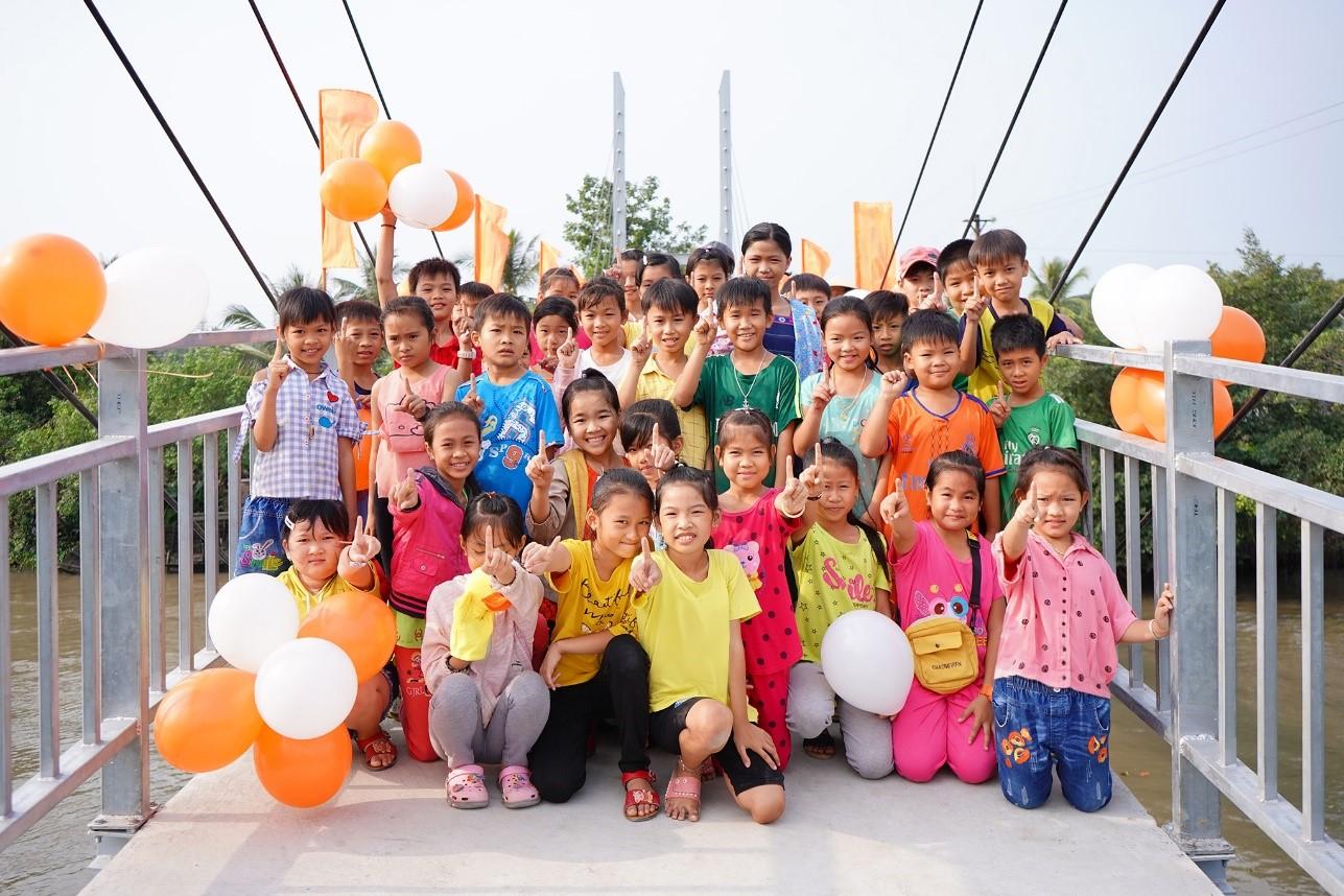 Niềm vui của các em nhỏ trên cây cầu mới hoàn thành