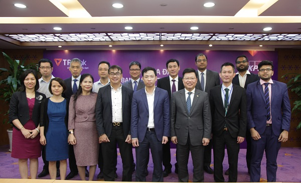 Đại diện NHNN, TPBank và KPMG chụp ảnh lưu niệm tại sự kiện