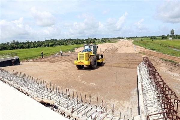Thi công phần nền đường trong dự án Lộ Tẻ - Rạch Sỏi tại gói thầu CW2 (Ảnh Sơn Hùng - Báo Tin Tức)