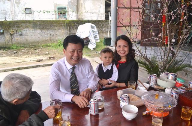 Gia đình ông Nguyễn Xuân Hải- giám đốc một doanh nghiệp về Thạch Đồng chúc mừng cha mẹ
