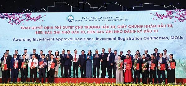 Lãnh đạo tỉnh Lạng Sơn trao quyết định phê duyệt đầu tư cho các DN