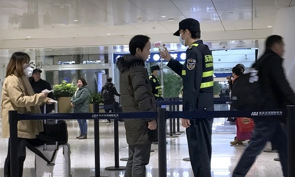 Kiểm tra thân nhiệt tại một sân bay ở Trung Quốc (Ảnh: Reuters)