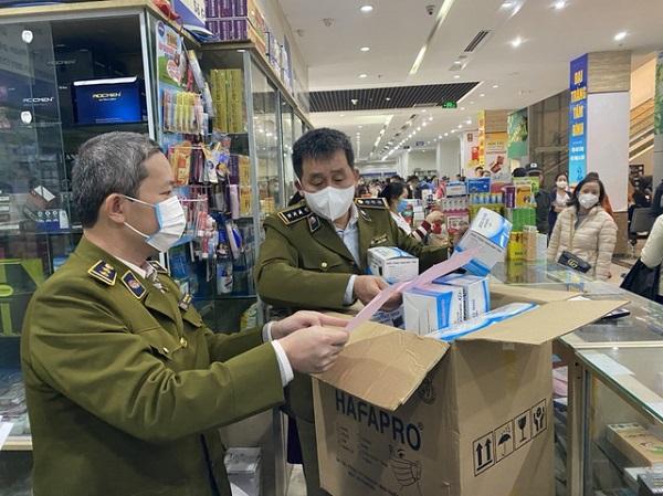 Đội QLTT số 1 kiểm tra việc chấp hành kinh doanh tại một số cửa hàng tại Chợ thuốc Hapulico (Hà Nội)