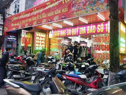 Các tiệm vàng chủ động bố trí nhân lực để xếp xe và hướng dẫn khách