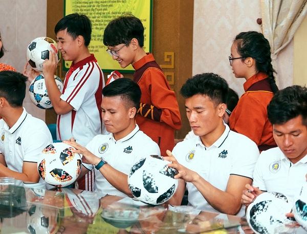 Mỗi chương trình các cầu thủ đều có hoạt động tặng chữ ký tạo nhiều cảm xúc khó quên trong lòng học sinh.