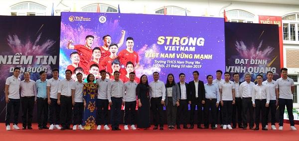 Ban tổ chức chương trình Strong Việt Nam 2019 chụp ảnh lưu niệm khép lại số cuối.