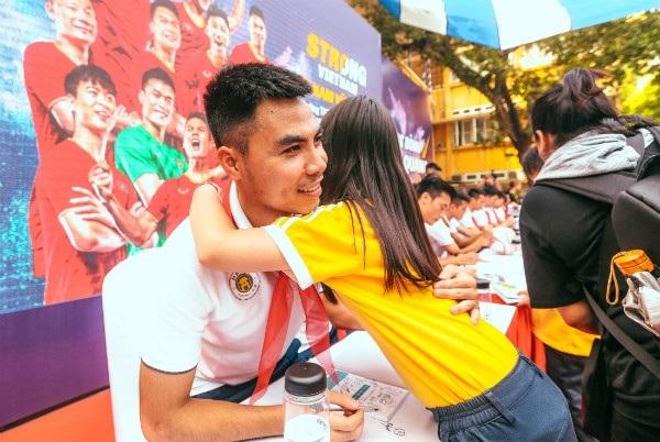 Sự xuất hiện của các cầu thủ CLB bóng đá Hà Nội trong những lần tới trường không chỉ mang đến những câu chuyện ý nghĩa về ý chí, nghị lực mà còn là bầu không khí vui tươi, thân thiện qua các màn giao lưu hỏi đáp, vận động thể chất.