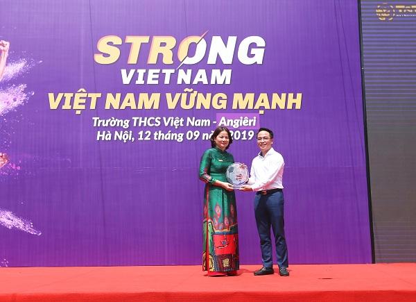 Đại diện Tập đoàn T&T Group trao quà lưu niệm cho Hiệu trưởng