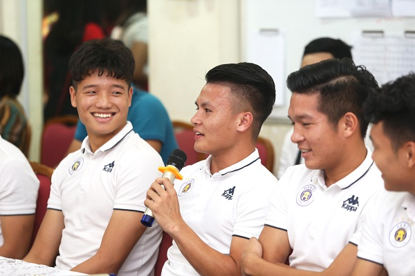 Trước khi bắt đầu chương trình, các cầu thủ đã có khoảng thời gian giao lưu ngắn, vui vẻ...