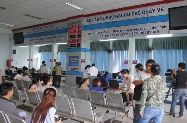 Người dân mua vé tại ga Sài Gòn