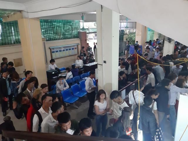 Cứ đầu năm mới, lượng người đến phòng  Xuất nhập cảnh làm hộ chiếu, giấy thông hành xuất khẩu lao động tăng đột biến