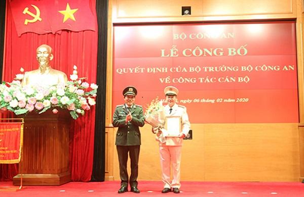 Trung tướng Lương Tam Quang trao quyết định cho Đại tá Lê Minh Quang