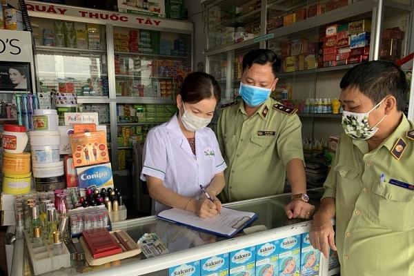 Các tổ chức, cá nhân kinh doanh các mặt hàng khẩu trang, nước sát trùng, găng tay y tế ký cam kết (Ảnh: Cục QLTT GIa Lai)
