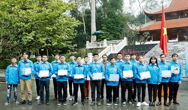 Các thanh niên tiêu biểu của quận Cầu Giấy nhận Giấy chứng nhận thanh niên tình nguyện đăng ký lên đường nhập ngũ năm 2020 (Ảnh: Lê Dung)