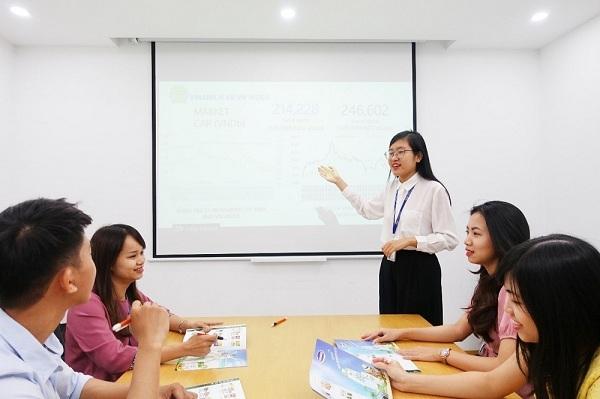 Chị Trần Khánh Chi (áo trắng) là một trong những nhân sự đã tham gia chương trình quản trị viên tập sự của Vinamilk năm 2014 và hiện đang nằm trong đội ngũ cấp quản lý của Vinamilk.