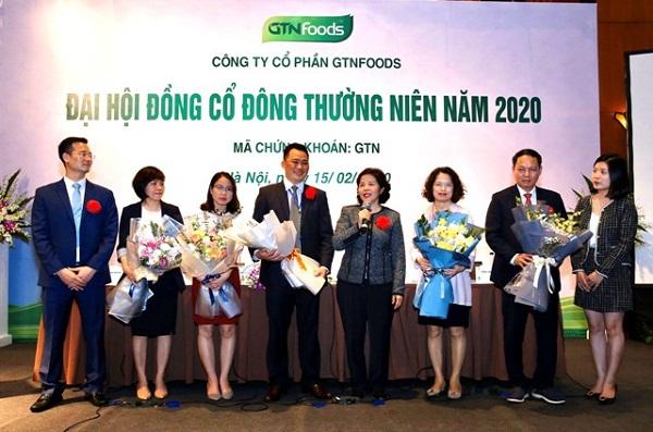 Bà Mai Kiều Liên tặng hoa cho các thành viên HĐQT GTN nhiệm kỳ trước