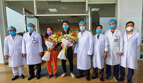 2 bệnh nhân quê Vĩnh Phúc đã điều trị khỏi Covid-19 được Bệnh viện Bệnh Nhiệt đới Trung ương (cơ sở 2) cho ra viện sáng