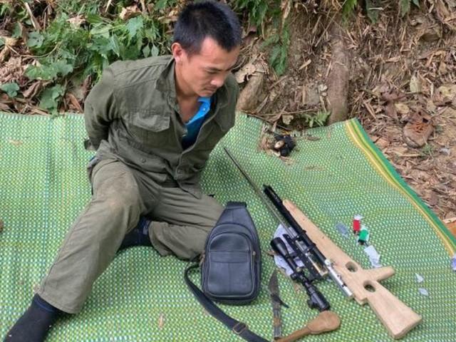 Đối tượng Lô Văn Minh bị công an khống chế, bắt giữ