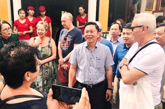 Chủ tịch UBND tỉnh Lê Trí Thanh trao đổi với du khách quốc tế tại khu vực phố cổ.