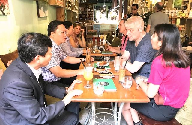 Lãnh đạo tỉnh cùng uống cà phê, trò chuyện thân mật với du khách.