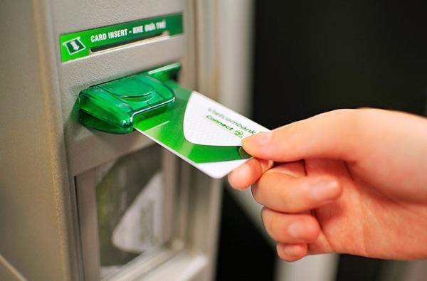 Nhiều ngân hàng đã áp dụng miễn, giảm phí chuyển tiền liên ngân hàng giá trị nhỏ cho khách