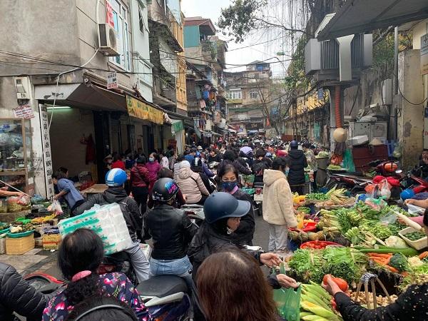 Sáng 7/3, sau khi Hà Nội công bố ca nhiễm virus SARS-CoV-2 đầu tiên trên địa bàn thành phố, hàng trăm người dân đã đổ ra các chợ đầu mối để mua tích trữ thực phẩm (Ảnh: Hiền Anh/Báo Tin tức)