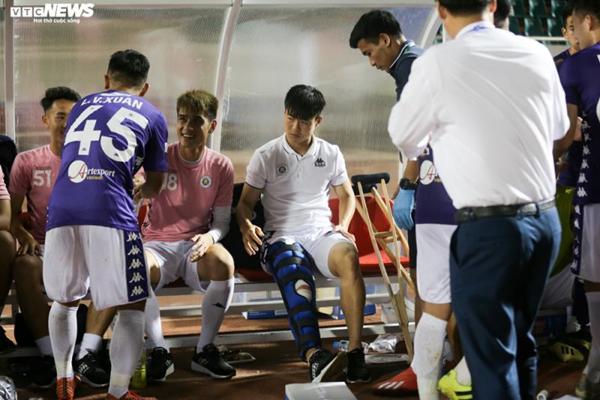 Chấn thương của Duy Mạnh (giữa) khiến ông Park lo lắng (Ảnh: Hồng Nam)