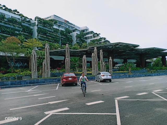 Bãi đỗ xe sảnh chính Forest in the Sky rộng lớn lúc 10h sáng nay cũng chỉ có 2 xe của khách