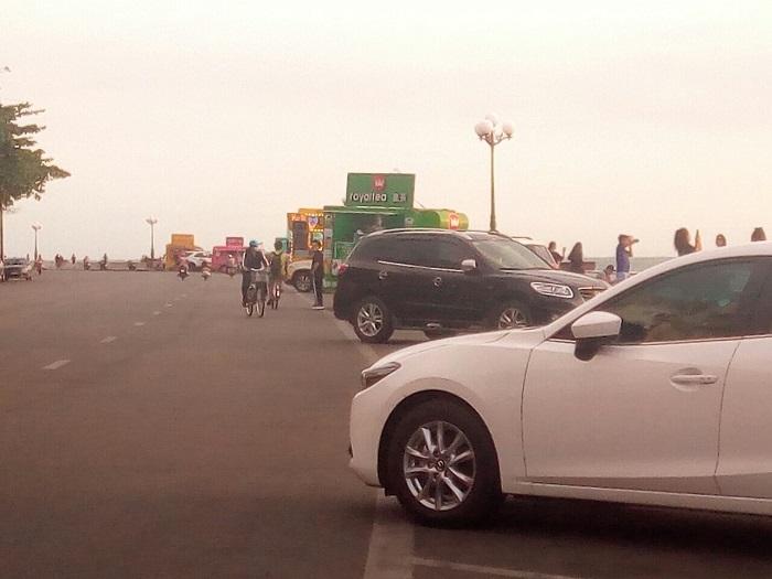 """Biệt đội"""" ôtô hàng rong đậu kín tuyến đường ven biển"""