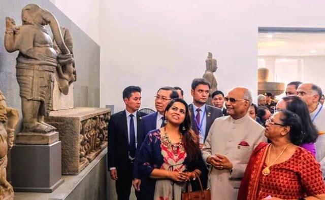 Tổng thống nước Cộng hòa Ấn Độ Ram Nath Kovind (áo trắng) và Phu nhân tham quan tượng Ganesha đầu voi mình người tại Bảo tàng Điêu khắc Chăm Đà Nẵng tháng 11/2018.