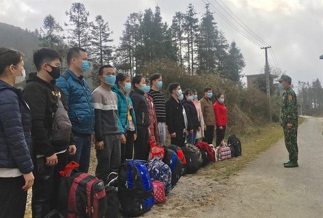 14 công dân nhập cảnh trái phép qua đường mòn khu vực mốc 468 bị Đồn Biên phòng Xín Cái (Hà Giang) bắt giữ ngày 29/12.
