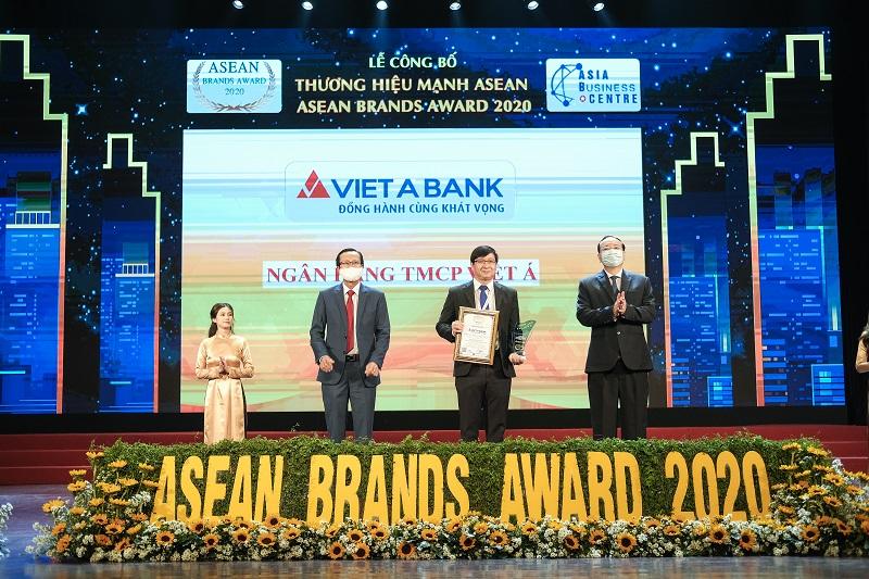 Đại diện VietABank nhận giải thưởng