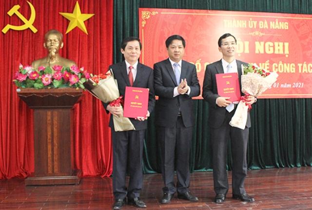 Phó Bí thư Thường trực Thành uỷ, Chủ tịch HĐND thành phố Lương Nguyễn Minh Triết trao quyết định công tác cho ông Phạm Tấn Xử (trái) và ông Nguyễn Hữu Lợi (phải).
