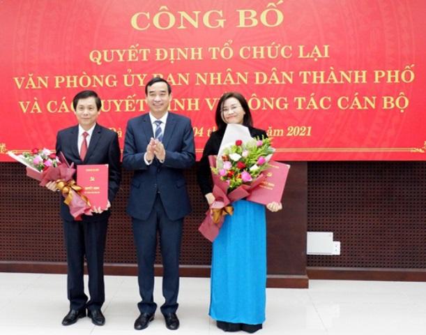Chủ tịch UBND TP. Đà Nẵng tặng hoa chúc mừng bà Phan Thị Thuý Linh và ông Phạm Tấn Xử