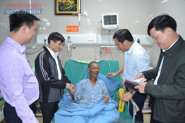 Lãnh đạo BVĐK Hùng Vương thăm hỏi, tặng quà bệnh nhân Nguyễn Văn Thuấn