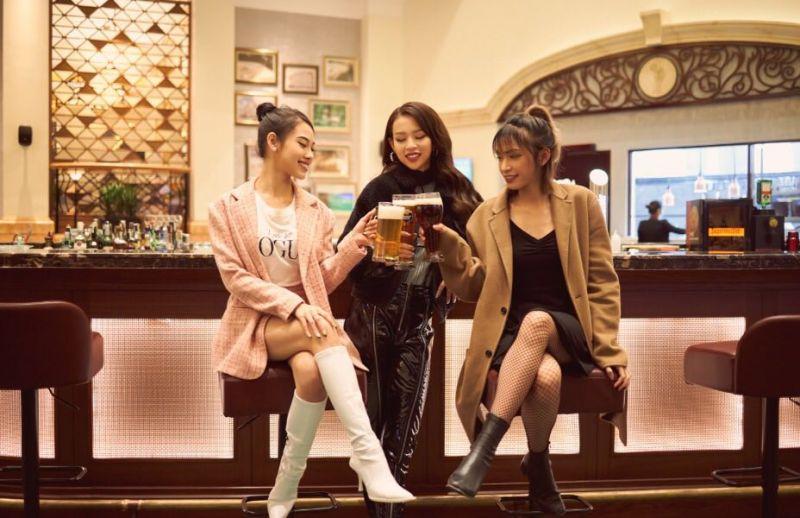 Với thiết kế ấn tượng, quầy bar tại vị trí trung tâm của nhà hàng được thực khách đặc biệt yêu thích