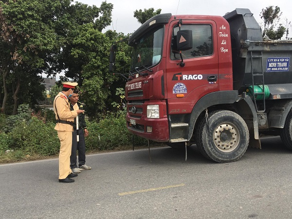 CSGT Công an huyện Cẩm Giàng đã vào cuộc, xử lý chấn chỉnh tình trạng xe quá tải san lấp tại dự án này