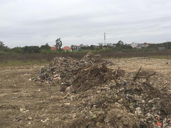 Khu vực bên trong dự án khu dân cư đang san lấp mặt bằng có nhiều rác thải sinh hoạt