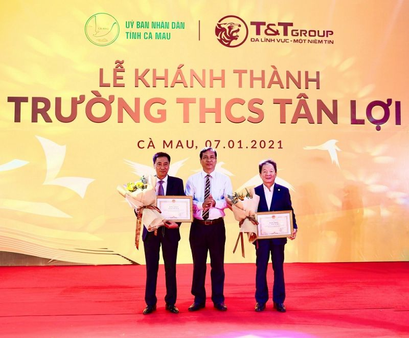 Ông Trần Hồng Quân, Ủy viên Ban Thường vụ Tỉnh ủy, Phó Chủ tịch UBND tỉnh Cà Mau trao tặng Bằng khen của Chủ tịch UBND tỉnh Cà Mau cho Tập đoàn T&T Group và cá nhân doanh nhân Đỗ Quang Hiển.