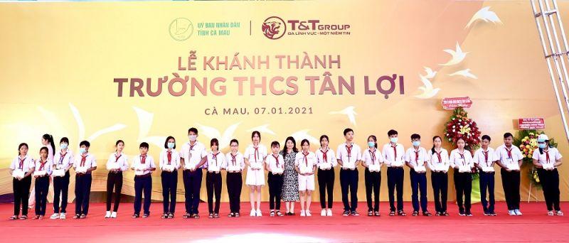 Trao học bổng cho các em học sinh nghèo vượt khó, các em học sinh có thành tích học tập xuất sắc của trường THCS Tân Lợi.