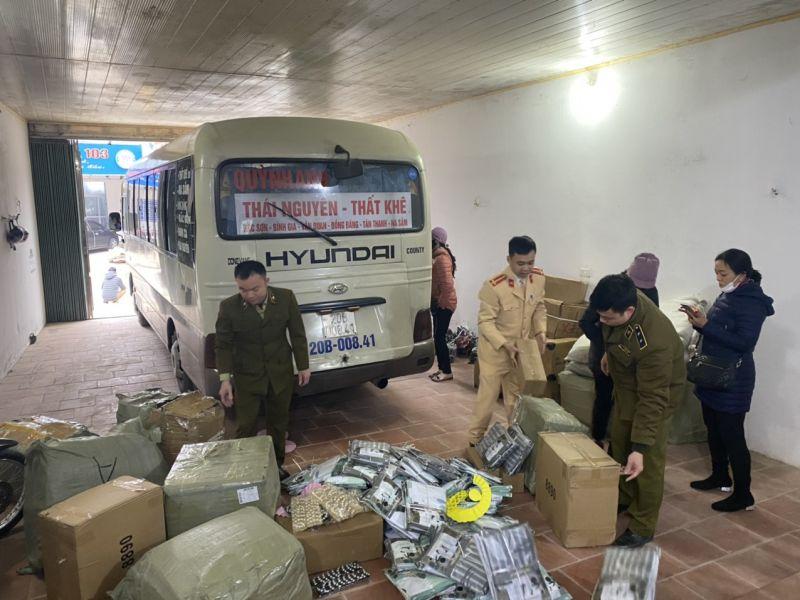 Lực lượng chức năng đang kiểm đếm số hàng hóa trên xe khách 29 chỗ mang BKS: 20B-008.41